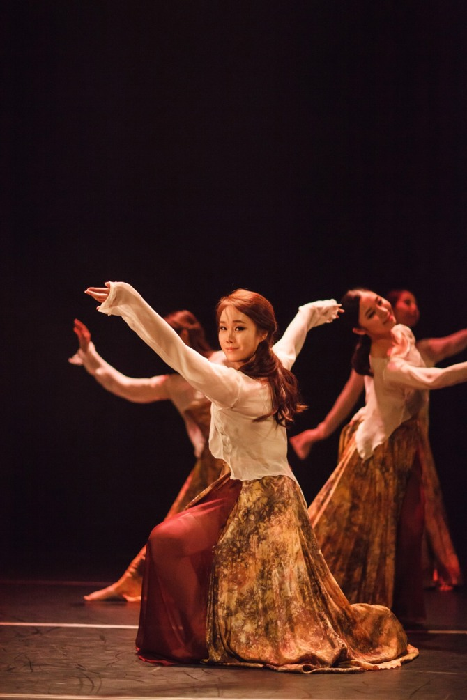 박진영 안무의 『바람의 기억, 강물에 흐르다』