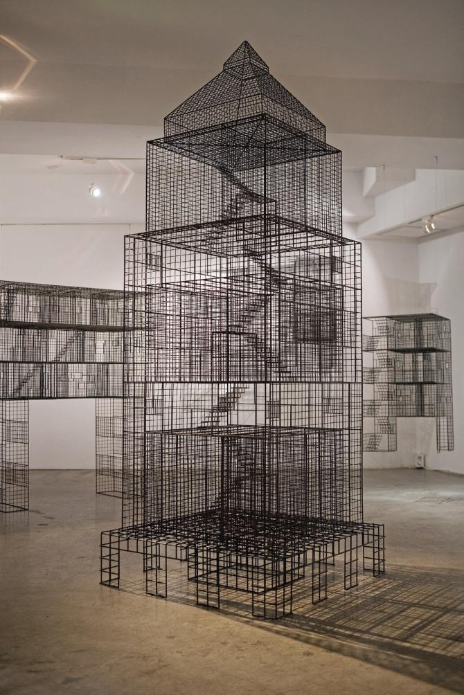 김병주 작 Ambiguous wall, 80x80x230cm, stainless steel, urethane paint, 2009