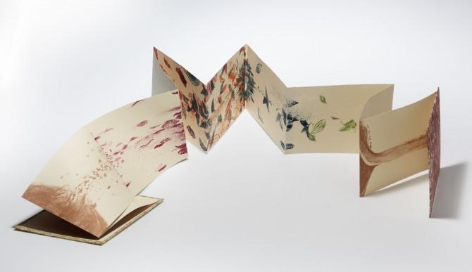 강진숙 작 돌아오기 위해 떠난다, 석판화, 활자, 16x20.5cm, 2004