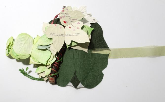 강진숙 작 아기 칡과 오리나무 할머니, 한지 장지, 종이, 나무, 지끈, 리본, 17x33cm, 2009