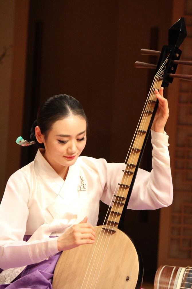 조선시대 이후 전승이 끊어진 '월금'을 복원해 연주한 고보석.