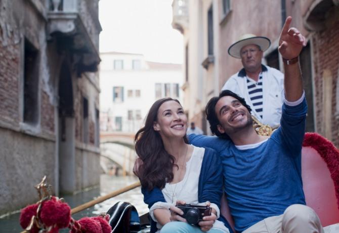멋진 사람 옆에 있으면 멋져 보이는 후광효과가 있다. 유명인들과 사진을 찍으려고 하는 심리도 바로 이 후광효과 때문이다. 사진=글로벌이코노믹