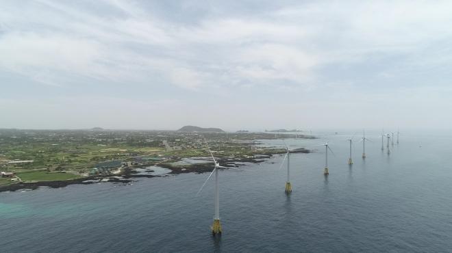 한국남동발전이 2017년부터 상업운전을 시작한 국내 최초 해상풍력발전단지인 제주 제주시 한경면 탐라해상풍력발전단지 전경. 사진=한국남동발전