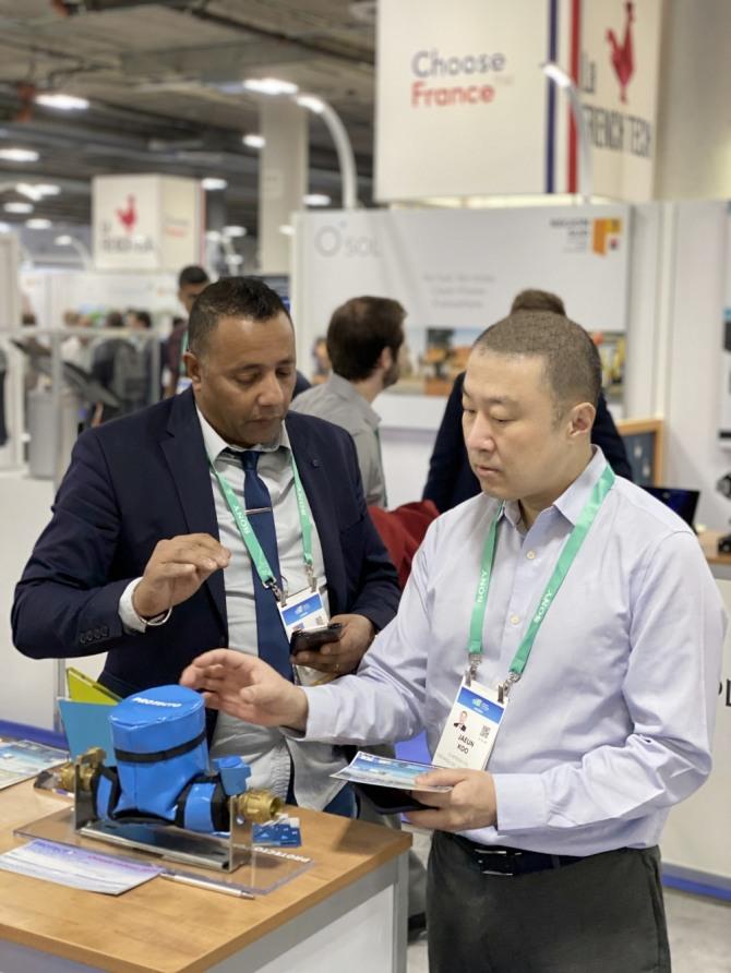 구자은 LS 미래혁신단장(사진 오른쪽)이 8일, 미국 라스베이거스에서 개최된 CES 2020에 참관해 Protecto(프랑스 혁신상 수상 스타트업 업체)의 IoT기반 데이터분석 제품을 살펴보고 있다. 사진=LS그룹 제공