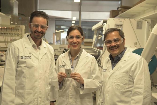 호주 모나시대학 연구진이 스마트폰 기준 5일간 지속되는 리튬-황 전지를 들어보이고 있다. 사진=모나시대학