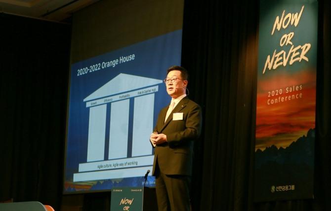 정문국 오렌지라이프 사장이 9일 서울 서초구 더케이호텔에서 열린 '2020년 영업전략회의'에서 강연을 하고 있다. 사진=오렌지라이프