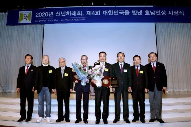호반그룹 김상열 회장(왼쪽 다섯번째)이 '2020 대한민국을 빛낸 호남인상' 수상자에 선정된 후 기념사진을 찍고 있다. 사진=호반그룹