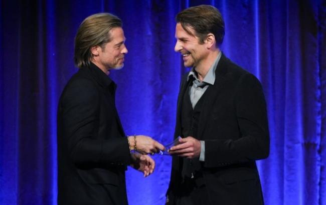 전미 영화비평가협회상 시상식에서 프레젠터와 수상자로 나온 브래드 피트(왼쪽)과 브래들리 쿠퍼(오른쪽).