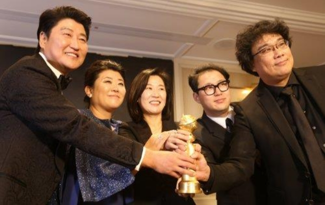 한국영화 최초로 골든 글로브 상을 수상한 '기생충'의 봉준호 감독(오른쪽)과 출연진들이 기쁨을 함께 나누고 있다.
