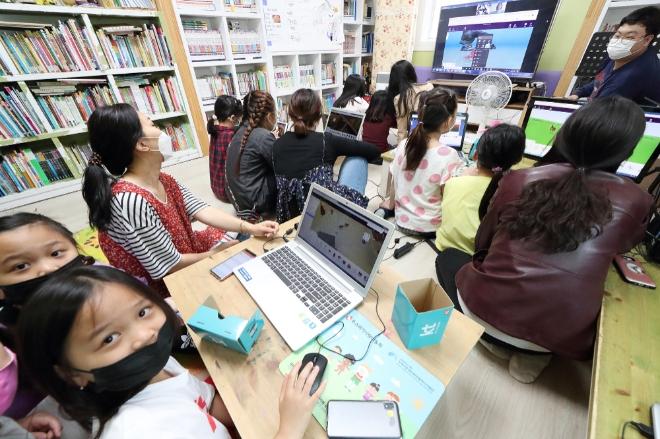 지난 19일 서대전 지역아동센터 아이들이 KT 화상회의 시스템을 통해 KT IT서포터즈가 진행하는'VR 콘텐츠 제작하기'체험형 수업에 참여하고 있다.사진=KT