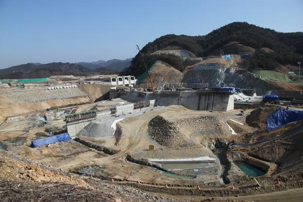 댐 건설은 인위적인 자연 변형으로 그 지역에 사는 사람의 운명까지 바꾸게 된다.
