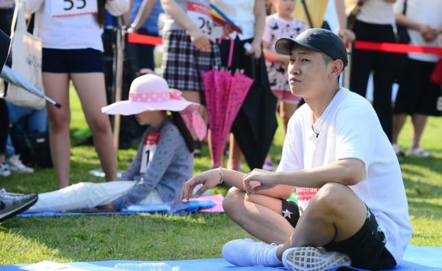 가수 크러쉬가 지난 5월 22일 서울 이촌한강공원 청보리밭 일대에서 열린 2016 한강 멍때리기 대회에서 생각에 잠겨있다./사진=뉴시스