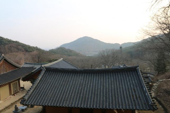 봉정사의 좌우에 청룡과 백호맥이 가깝게 마주보는 가운데 안산이 앞을 막아주고 있다.