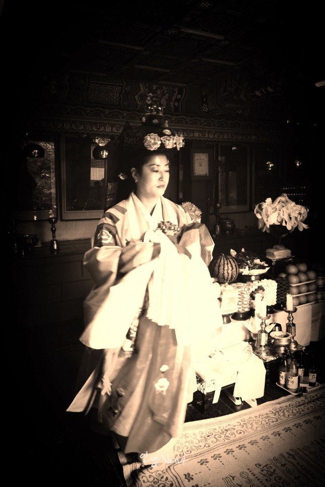 서울시 무형문화재 제35호 밤섬도당굿 이수자 금휘궁 김금휘씨가 종로구 인왕산 국사당에서 묵은진오귀굿을 하고 있다.